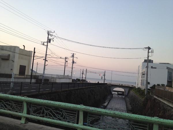 今朝は生まれてから30年間ず〜っと住み続けている七里ガ浜で駅頭。